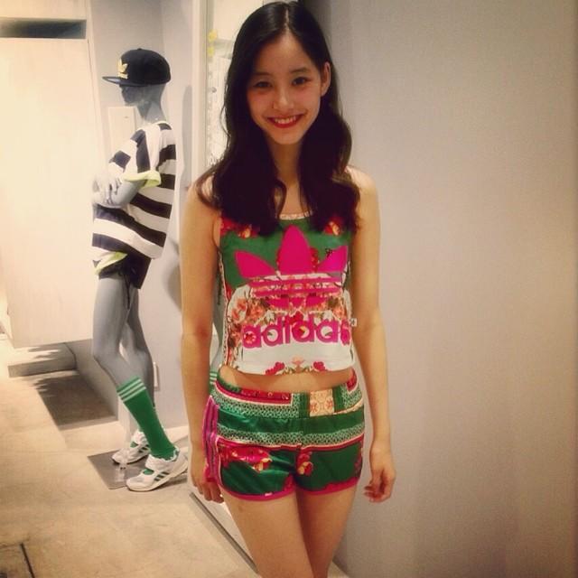 新木優子さんのショートパンツ姿